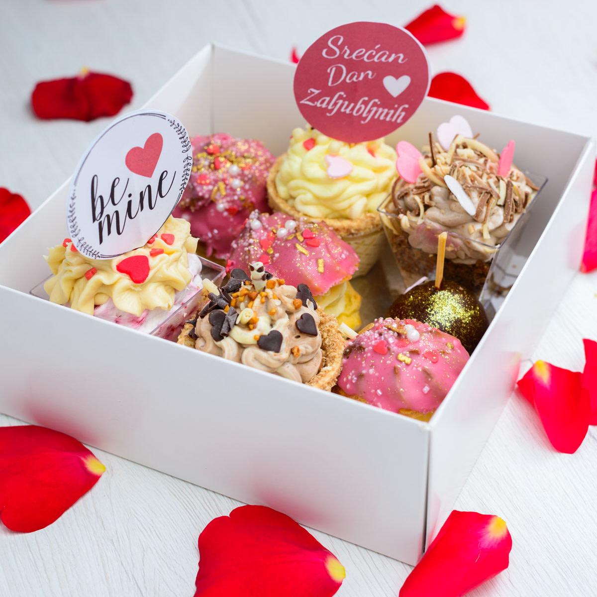 Kutija sa kolačima na poklon